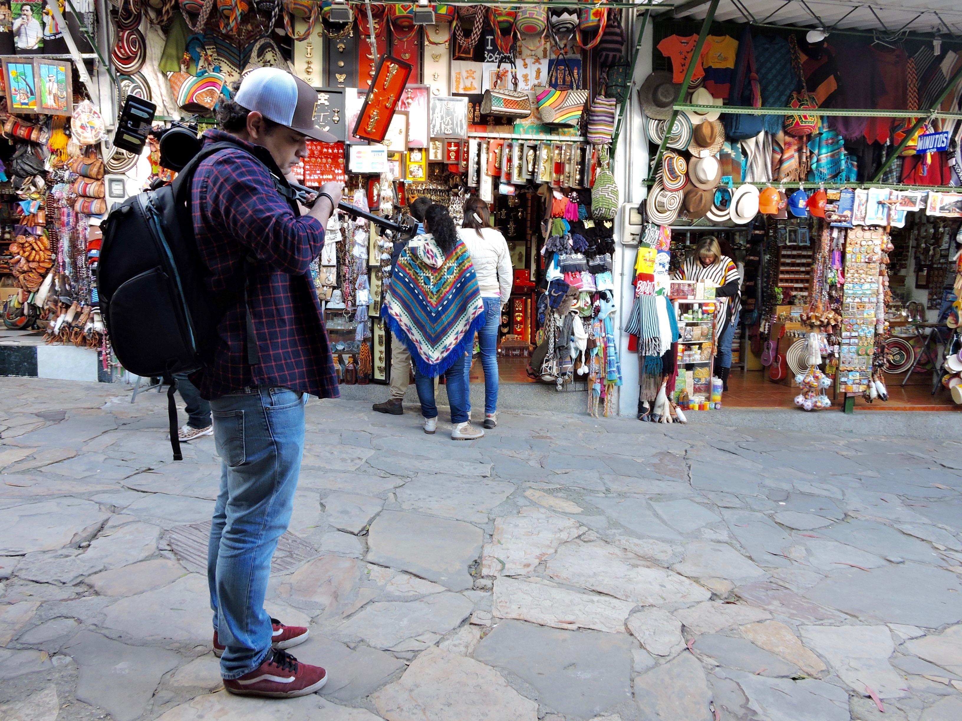 Equipo en acción. Mercado en la cima de Monserrate, Colombia.